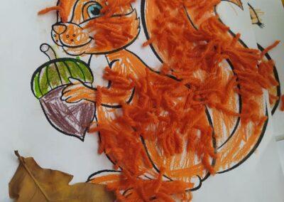 Mała, ruda wiewiórka